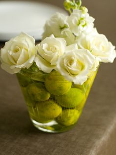 Easy Flower Arrangement: Bowl of limes, roses w/ stems removed, mmm, sounds too easy, wonder if it will look as fab as pic?:)