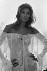 Raquel Welch - 1972 A large collection of photos of beautiful girls on the beach, in the car, in the countryside. Look more. Rachel Welch, Sophia Loren, Classic Beauty, Timeless Beauty, Stars Nues, Olivia De Havilland, Famous Women, Up Girl, Belle Photo