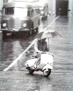 ENG = On a Vespa you are protected against rain and dirt! <> ITA = Su una…