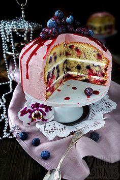 Auch wenn dieser Beerenkuchen aussieht, als wäre er eine Torte, bleibt er meines Erachtens nach definitiv ein Kuchen. Grund hierfür ist der verwendete Rührteig! Ich habe mich da vom…