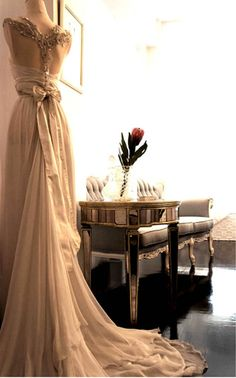 Love the back of this wedding dress!!