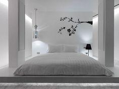 Weißes Schlafzimmer mit Tatami Bett und Wandtattoo