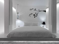 chambre adulte avec une déco murale arbre et suspension couleur argent
