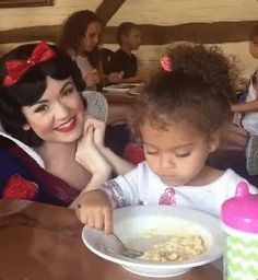 """""""Yo quería ver a Jon Snow, no a Snow White"""". --  funny stare snow white staring little girl GIF"""