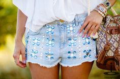DIY shorts designs and ideas Diy Shorts, Shorts Zara, Shorts Jeans, Cute Shorts, Trash To Couture, Embellished Shorts, Sequin Shorts, Fashion Details, Diy Fashion
