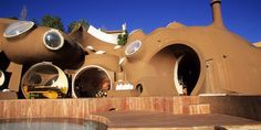 """Le Palais Bulles de Pierre Cardin, à Théoule -sur-Mer (Alpes Maritimes) dessiné par l'architecte Antti Lovag. - Mort de Antti Lovag, l'architecte concepteur des """"maisons-bulles"""""""