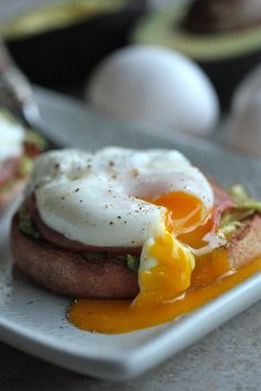 Avocado Eggs Benedict and How To Poach an Egg by countrycleaver #Eggs_Benedict #Avocado #Healthy #Easy