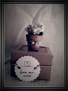 Caixinha Kraft (8Lx8Cx4A) com visor com vasinho de cerâmica c trouxinha c semente de girassol para lembrancinha de casamento no Tema Rústico. Tag pode ser confeccionada de acordo com o tema e pôr os nomes dos noivos assim como data. <br> <br>MÍNIMO: 20 UNIDADES <br>PRAZO CONFECÇÃO: ATÉ 45 DIAS + PRAZO DOS CORREIOS <br>FRETE POR CONTA DO COMPRADOR
