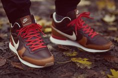 Nike Escape Collection Colour: Light Bone / Ale Brown / Baroque Brown