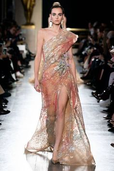 Elie Saab Spring 2019 Couture Fashion Show - Vogue Elie Saab Couture, Style Couture, Haute Couture Fashion, Beautiful Gowns, Beautiful Outfits, Couture Dresses, Fashion Dresses, Elie Saab Printemps, Runway Fashion