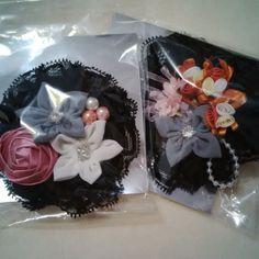 Black lace with many flower en pearl brooch