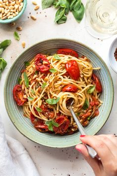 Roasted tomato and basil pasta is a simple and quick vegan meal that tastes delicious thanks to the brilliant combination of roasted tomatoes and basil. pasta Roasted tomato and basil pasta Quick Vegan Meals, Healthy Pastas, Healthy Snacks, Vegetarian Recipes, Healthy Recipes, Weeknight Recipes, Pasta Recipes, Dinner Recipes, Cooking Recipes