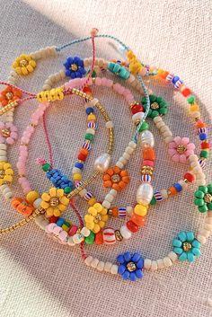 DIY Beaded Daisy Chain Bracelet - Honestly WTF Cute Jewelry, Diy Jewelry, Jewelry Accessories, Handmade Jewelry, Jewelry Making, Handmade Beads, Handmade Accessories, Jewelry Trends, Handmade Necklaces