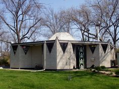 This is the first Bruce Goff house in Kansas City and was built for a banker who entertained a lot. Modern Tiny House, Beautiful Mind, Mid Century House, Green Building, Facade, Shed, Kansas City, Outdoor Structures, Exterior