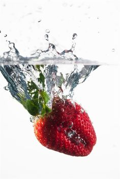 A strawberry is dropped into warm water as it is heat-shocked. Food scientists have discovered heat-shocking is a remarkably effective way to extend the life of fresh-cut fruits and vegetables by days or even a week. Modernist Cuisine, Head Of Lettuce, Food Scale, Fresh Fruits And Vegetables, Baking Tips, Food Hacks, Food Tips, Food Ideas, Decor Ideas