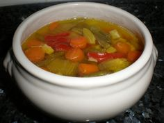 Caldo de pollo con vegetales Ingredientes (para 4 comensales) 4 Litros de agua 1 Carcasa de pollo 50 Gramos de...