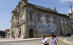 Paredes azulejadas estão em todo lugar no centro velho de Porto. Essa é a lateral da pequena Igreja do Carmo.