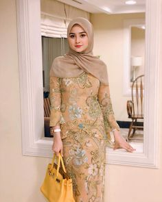 Pin Image by American Joss Batik Fashion, Abaya Fashion, Fashion Dresses, Dress Brokat, Kebaya Dress, Arab Girls Hijab, Girl Hijab, Hijab Chic, Casual Hijab Outfit