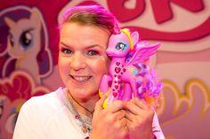 Spielwarenmesse 2015: Novedades My Little Pony - Princesa Cadance Glamour Glow y el castillo de Canterlot Mirja Boes con la Princesa Cadance Glamour Glow