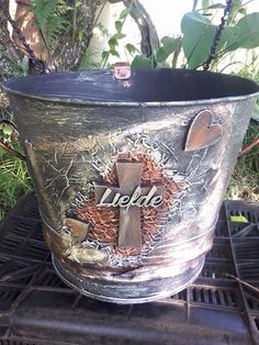 Tokreen Bucket / Hazel Mulder Cement Flower Pots, Recycle Art, Paper Clip, Diy Party, Repurposed, Planter Pots, Projects To Try, Recycling, Gadgets