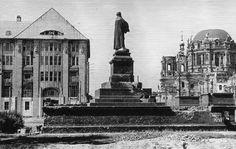 1946 Reste des Lutherdenkmals am Neuen Markt.  Die Begleitfiguren am Sockel, Melanchthon, Bugenhagen, Spalatin und Cruziger, Reuchlin, Jonas, von Sickingen und von Hutten, sind nicht mehr vorhanden. Die Rückführung des Denkmals an die Nordseite der St. Marienkirche in die Nähe seines ursprünglichen Standortes auf dem Neuen Markt fand im Oktober 1989, kurz vor dem Fall der Berliner Mauer statt.