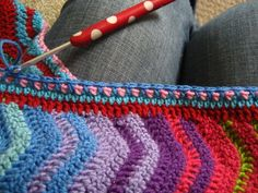 Interlocking Colour Ripple blanket made by Lucy of Attic24 with an explanation on how to make the edging.