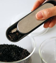 Minimalist tea strainer that simplifies tea making. Slidable cover design allows you to scoop tea leaves directly without the need for another tool.