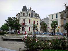 Les Sables-d'Olonne : Place agrémentée d'une fontaine et de rosiers (roses), maisons du centre ville