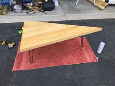 """I found 3 hairpin legs and had some leftover Ash lumber sitting in my wood shop. I thought I would """"tri"""" a unique modern inspired coffee table. Check out how to make a triangle coffee table. Recycled Pallets, Wood Pallets, Pallet Benches, Pallet Tables, Pallet Bar, Outdoor Pallet, 1001 Pallets, Pallet Ideas, Triangle Coffee Table"""