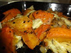 Dýni pořádně omýt, protože se neloupe, rozkrojit, vydlabat semínka a pak nakrájet na větší měsíčky. Pozor, jde do ztuha, ať se neříznete. Dát do... Vegetarian Recipes, Cooking Recipes, Healthy Recipes, Pumpkin Squash, Home Food, Paleo, Food And Drink, Low Carb, Yummy Food