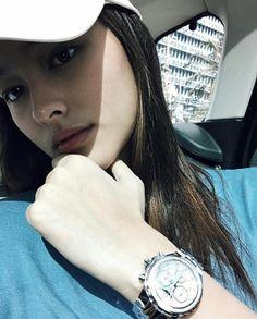 Liza Soberano - Awkward Hand Pose