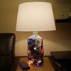 Светильник из большой бутылки Gordon's, внутри новогодняя мишура и мигающая гирлянда
