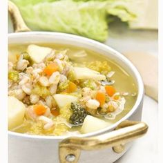 MINESTRA DI FARRO CON VERZA E PATATE: la ricetta.  BARLEY, CABBAGE AND POTATOES SOUP: the recipe.  @amc_italia @amc_international  #food #foodblog #foodphotography #paneperituoidenti #italy #italia #italianfood #homemade #barley #cabbage #potato #potatoes #soup #souplover #amcrecipes #amcsecuquick