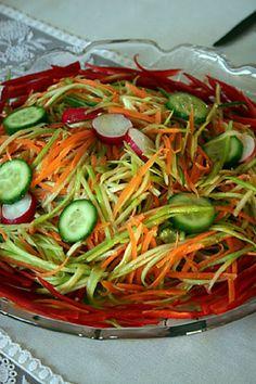Jülyen SalataMalzemeler    -1.5 kg soyulmuş kabak    -1 kg soyulmuş havuç    -1 demet doğranmış dereotu    -3 ya da 4 soyulmamış salatalık    Sosu için;    -1 fincan zeytinyağı    -1.5 limon suyu    -Kuru fesleğen    Hazırlanışı:    Sebzeleri jülyen şeklinde kesip karıştırın. Salatanın sosunu servisten bir saat önce ilave edin. Servis yaparken dereotuyla süsleyebilirsiniz.