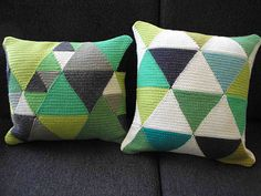 Crochet Triangle Cushion Pattern by Paravent on Etsy Crochet Cushion Pattern, Crochet Cushions, Crochet Patterns, Crochet Pillow, Tapestry Crochet, Crochet Home, Diy Crochet, Knitted Cushion Covers, Crochet Triangle