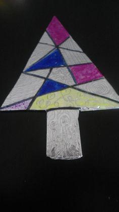 Árbol de navidad realizado a partirde una lámina de aluminio sobre cartón. Lo hemos dividido en triángulos y éstos, después de decorarlos con diferentes lineas, los hemos pintado con rotuladores permanentes.   Idea paa decorar postal de navidad.