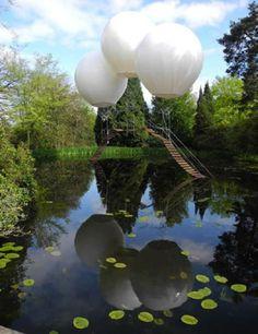 Balonlu Köprü!  Fransız sanatçı Olivier Grossetête, helyumlu üç balonu kullanarak İngiltere'de ilginç bir köprü tasarlamış.