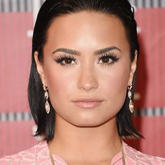 Pin for Later: See Every Epic Hair and Makeup Moment From the MTV VMAs Demi Lovato Look at those lashes! Demi put the spotlight on her eyes for the VMAs with her hair pulled back away from her face. Pulled Back Hairstyles, Short Bob Hairstyles, Celebrity Hairstyles, Summer Hairstyles, Demi Lovato Makeup, Demi Lovato Hair, Demi Lovato 2015, Miley Cyrus, Demi Lovato Pictures