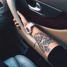 Tatouage femme Roses Noir et gris sur Bras