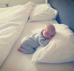 Une photo de bébé qui dort