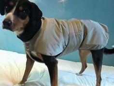 """Hundemantel """"Frida"""": Unser Wintermantel """"Frida"""" ist Euer optimaler Begleiter in der kalten Jahreszeit. Futter und Kragen bestehen aus kuscheligem Fleece-Stoff, der leichte Oberstoff ist wasserabweisend. Damit ist der Hundemantel perfekt bei jedem Wetter - Bauch, Rücken und Gelenke sind bestens gegen Kälte, Regen und Schnee geschützt. Der Mantel ist mit einem Bauchlatz ausgestattet, der mit einem breiten Klettverschluß auf dem Rücken geschlossen wird. So sind Rücken und Ba..."""