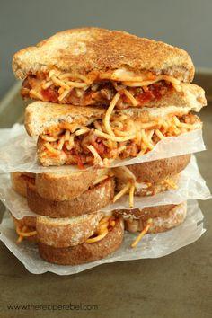 YUM!!!! Spaghetti & Garlic Toast Grilled Cheese #gameday #comfort