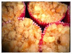 Kleiner Zuckerschock gefällig?  Dann schaut euch mein neues Rezept an: Karamell-Apfel-Cheesecake-Muffins mit Zimt-Muskat Streuseln