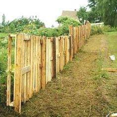 Making a privacy fence out of pallets
