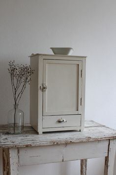 Cute Vintage Schrank in Cremewei Shabby Style retro shabby interior small cabinet all