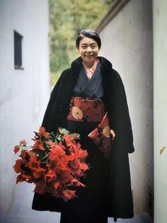 Kirin Kiki (樹木 希林, Kiki Kirin) January 1943 – 15 September was a Japanese actress known for her work in Japanese cinema and television. Yukata Kimono, Kimono Japan, Kimono Dress, Japanese Kimono, Traditional Fashion, Traditional Dresses, Modern Kimono, Style Japonais, Advanced Style