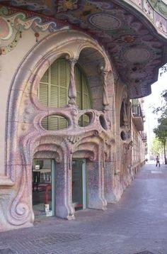 Casa Comalat designed by Salvador Valeri. Façana c Còrsega Barcelona, Catalonia, Spain New Architecture, Beautiful Architecture, Beautiful Buildings, Architecture Details, Beautiful Places, Art Deco, Art Nouveau Design, Hotel W, Art Nouveau Arquitectura