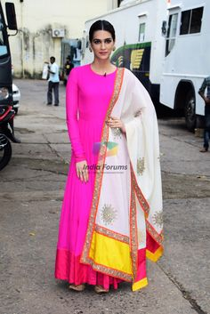 Kriti Sanon, Ayushmann Khurrana and Rajkummar Rao snapped promoting Bareilly Ki Barfi Pictures Bridal Anarkali Suits, Pakistani Bridal Dresses, Anarkali Dress, Lehenga, Saree, Indian Attire, Indian Outfits, Indian Wear, Fiesta Outfit