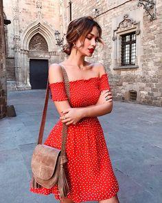 Vestido curto ombro a ombro vermelho com estampa de bolinha.