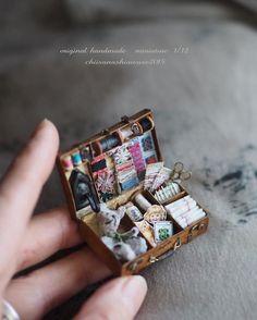 Vintage-Chic im Puppenhaus - Handmade Houser , Vintage-Chic im Puppenhaus Vintage-Chic im Puppenhaus Miniaturen. Vitrine Miniature, Miniature Rooms, Miniature Crafts, Miniature Houses, Miniature Furniture, Cute Crafts, Diy And Crafts, Hand Crafts, Doll Crafts